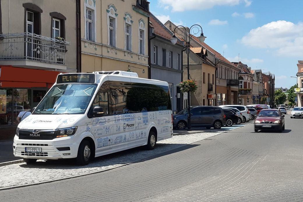 Zdjęcie przedstawia autobus linii PL1 na pleszewskim rynku