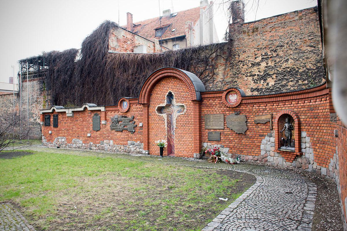 Zdjecie przedstawia Mur Pamięci w Pleszewie