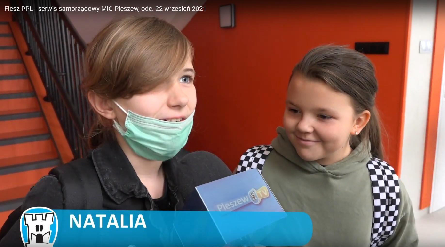 dwie dziewczynki ypowiadające sie do mikrofonu